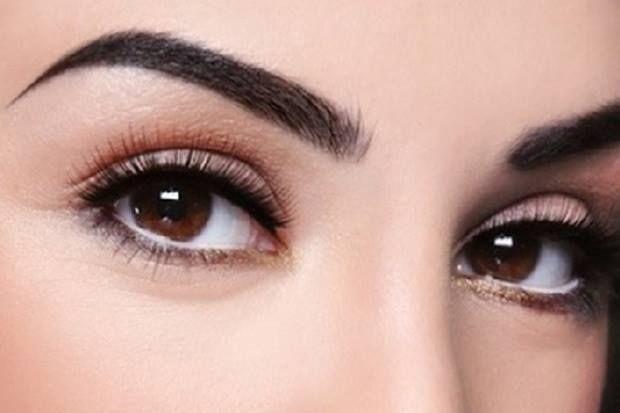 Sobrancelhas arqueadas e arredondadas aumentam o tamanho dos olhos e ilumina o olhar.