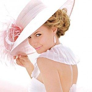 Een mooie hoed bij je jurk, chic!