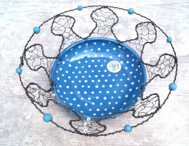 Miska odrátovaná půvabně modrá Keramická miska odrátovaná černým drátem s korálky v modré a bílé barvě. Odrátkování je dílem milé kamarádky. Celková výška misky i s opletem je 8 cm, horní průměr je 21 cm.