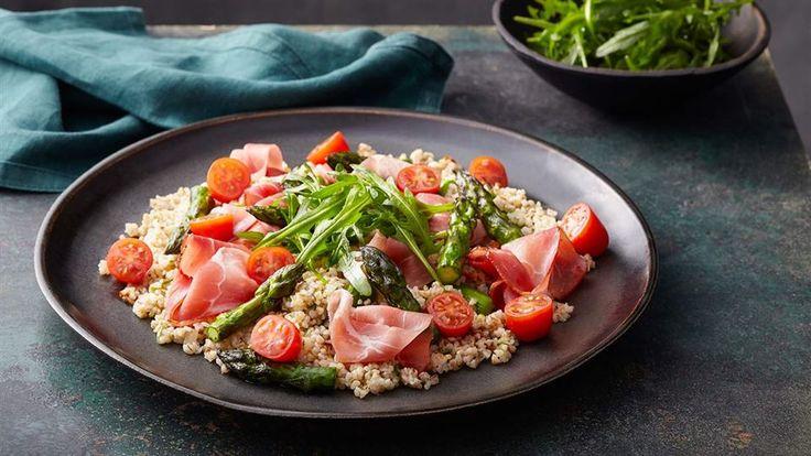 Przygotuj sałatkę z kaszą jęczmienną i zielonymi szparagami według przepisu Okrasy. Inne przepisy na sałatki znajdziesz w Kuchni Lidla!