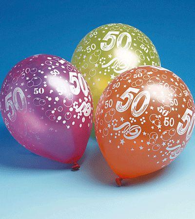Gekleurde 50 jaar ballonnen, setje van 5 stuks. De vrolijke ballonnen zijn versierd met witte print. Leuke versiering voor bij een 50e verjaardag!