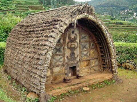 Южная Индия: традиционное жилище Tодов (этнос в Южной Индии), бочкообразная хижина, сделанная из бамбука и тростника, без окон, с одним маленьким входом.