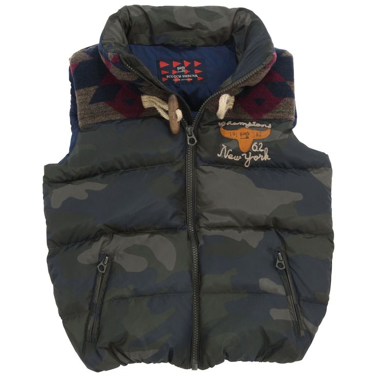 Camouflage right side made of waterproof cloth. Navy blue nylon lining. Quilted padding. Hood with popper fastening. Front zip with a frog button at the collar. One zip inside pocket and two zip outside pockets. - 114,00 €