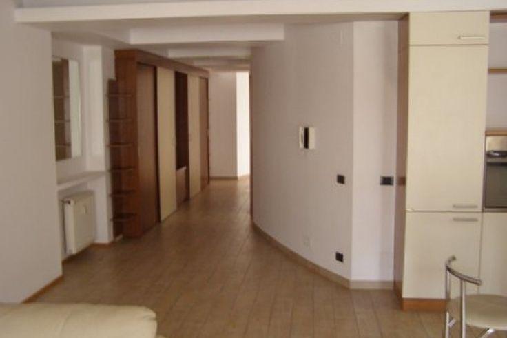 living cu bucatarie deschisa, doua dormitoare,spatiu birou,logie,baie utilata cu cada,cabina dus,grup sanitar,loc parcare demisol,incalzire cu centrala de bloc,complet mobilat si echipat