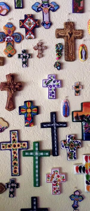 Cruces mexicanas, decoradas de manera rústica y colorida.