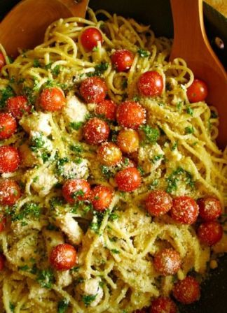 Spaghetti in Garlic Gravy with Herbs and Chicken
