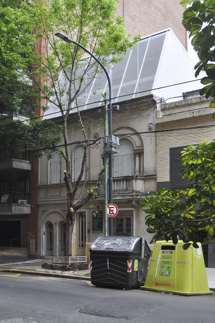 Completed in 2015 in Buenos Aires, Argentina. Images by Javier Agustín Rojas. Three houses built in the early twentieth century share a plot in a heterogeneous neighborhood of Buenos Aires.   The upper house of the set presents...