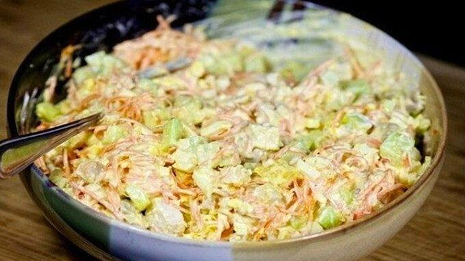 Postup: 1) Uvaříme si kuřecí maso, které jsme nakrájeli na kostky. Osolíme, opepříme. Necháme vychladit. 2) Vejce si uvaříme natvrdo, necháme vychladit a pokrájíme na kostičky. 3) Mrkev si nastrouháme na struhadle na hrubší kousky. 4) Okurky zbavíme slupky a nakrájíme na kostky, ale můžeme také nastrouhat. Záleží na Vás. 5) Nastrouháme si také tvrdý …