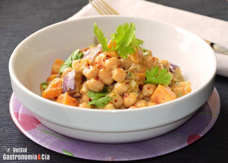 Los platos de cuchara que empiezan a apetecer este otoño pueden ser tradicionales o podemos inspirarnos en la cultura de otras cocinas para disfrutar de nuevos sabores. Hoy vamos con un curry, resulta una buena opción para entrar en calor y la propuesta que os traemos proporcionará un plato muy completo. Además de ayudar a reponer fuerzas, el Curry de garbanzos y calabaza os hará disfrutar de un festín de aromas y sabores.La receta de este curry con legumbres y verduras es muy fácil de ...