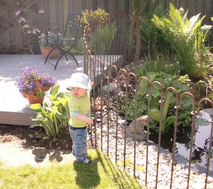 Mit dem flexiblen Steckzaun trennen Sie Gartenteich von Terrasse und Garten