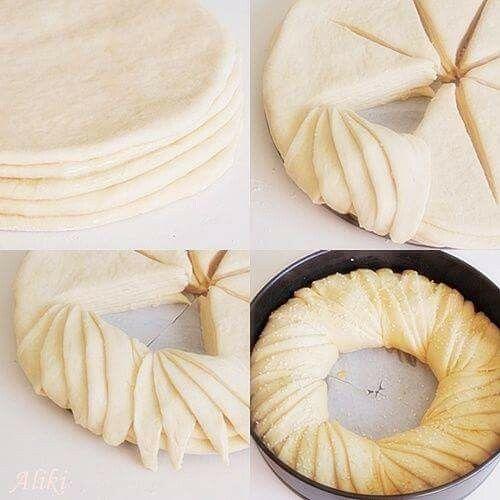 250 ml mléka 2 žloutky (nebo 1 vejce) 50 g rozpuštěného másla 1 lžíce cukru 1 lžička soli 600 g hladké mouky 40 g čerstvého droždí Náplň: 5-10 lžic cukru krupice 1-3 lžičky skořice 100 g změklého másla