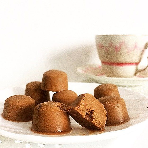 Międzynarodowy dzień czekolady proponuje domowe czekoladowo - orzechowe pralinki 🍫☕️👌🏻 Przepis:3 łyżki oleju kokosowego 3 łyżki masła orzechowego 1 łyżka kakao 2 łyżki miodu lub odżywki białkowej o smaku czekoladowym 👌🏻olej i masło roztapiamy dodajemy kakao,miód wszystko razem mieszamy  i przelewamy do foremek przechowujemy w lodowce 👌🏻#pyszne #wiemcojem #smacznego #zdrowo #zdrowojem #sniadaniemistrzow #deser