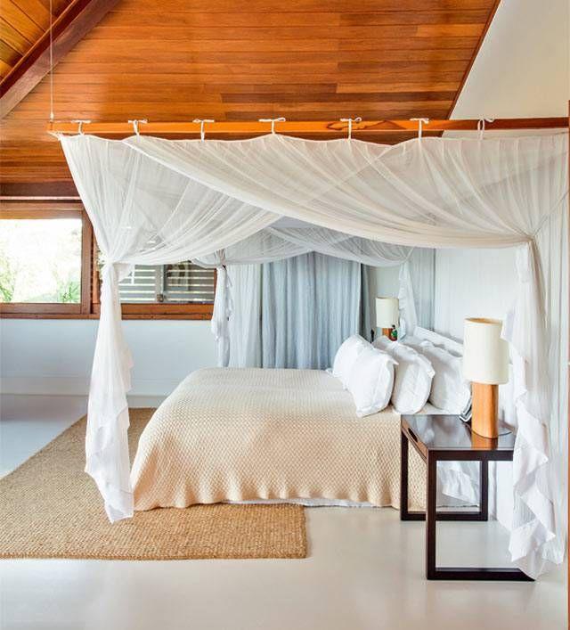 Se você tem problemas com mosquitos na sua casa de praia ou de campo, pode criar um dossel com mosquiteiro em cima da cama. Feito por artesãos ou cortineiros, ele dá um ar romântico à decoração do quarto. Confira algumas opções abaixo