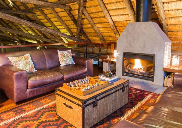 Mavela Game Lodge het 'n baie lekker sitkamer en kyk net daai knetterende kaggelvuur!
