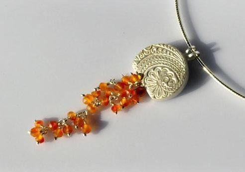 Amulette - Bezaubernder Anhänger mit Karneolranken - ein Designerstück von SCHMUCKausPORZELLAN bei DaWanda