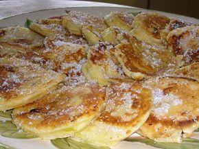 Olijfolie verhitten (zonder dat er rook vanaf komt) in een grote koekenpan. Dompel de appelschijfjes in het beslag en bak deze aan beide kanten in de hete olie. Drogen op keukenpapier.