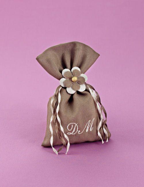 www.mpomponieres.gr Μπομπονιέρα γάμου καφέ πουγκί από ύφασμα λινό, με κεντημένα τα αρχικά του ζεύγους, δεμένο με κορδελάκια λινά 3mm και λουλούδι εκρού-καφέ για στολισμό. #mpomponieres #bomboniere #gamou #gamos #bonbonieres #μπομπονιερες #γαμου #γαμος #wedding #marriage http://www.mpomponieres.gr/mpomponieres-gamou/mpomponiera-gamou-lino-pougki-me-monogrammata.html