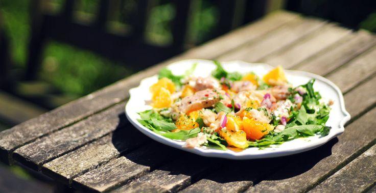 Forelsalade | Een simpele, gezonde en erg lekkere forelsalade met sinaasappel, rode ui, rucola en een dressing van olijfolie, citroensap en peterselie.