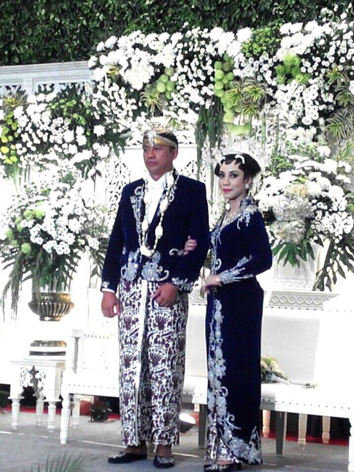 Kebaya pengantin Jawa #velvet  #embrodery #silver #Jas tutup #groom #white shirt #tie #Dina