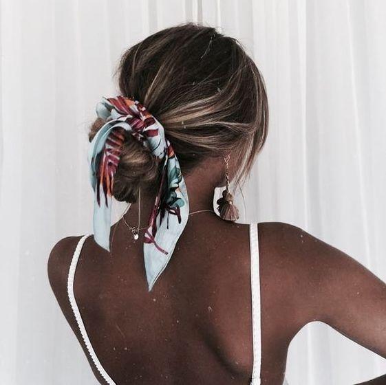 Idée coiffure cheveux long #3 : Le foulard dans les cheveux