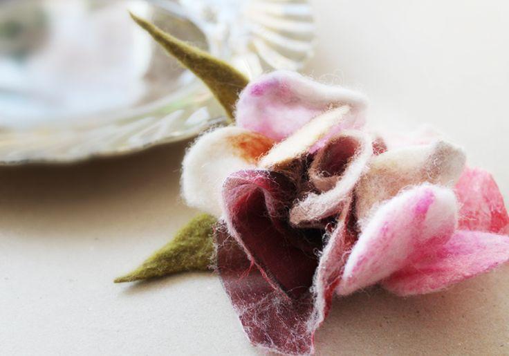 Мастер-класс - брошь в виде розы из войлока и органзы
