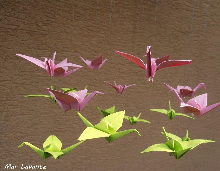 Jeřábi nosí štěstí... Origami je tradiční japonské umění, které se předává z generace na generaci. Nejoblíbenější skládankou je ptáček jeřáb, japonsky curu, který je jakýmsi národním symbolem pro zdraví, štěstí a dlouhý život. Pokud tak někomu jeřábka darujete, předáváte mu tím i tajný vzkaz, že mu přejete jen to nejlepší. Na drátěném korpusu, ...