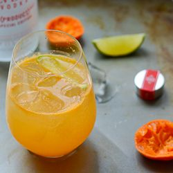 Spritzer de vodka y mandarina.  Ingredientes:  Medio vaso de zumo de mandarina o naranja.  Una medida grande vodka Vox.  Media medida pequeña de cointreau o licor de naranja.  Media medida de zumo de lima.  Un golpe de soda.  Hielo.  Una rodaja de lima o limón para decorar.  En una coctelera mezclamos bien todos los ingredientes y servimos en un vaso corto, tipo Whisky previamente enfriado con hielo.  Decoramos con la rodaja de cítrico amarillo o cítrico verde, a gusto del consumidor.