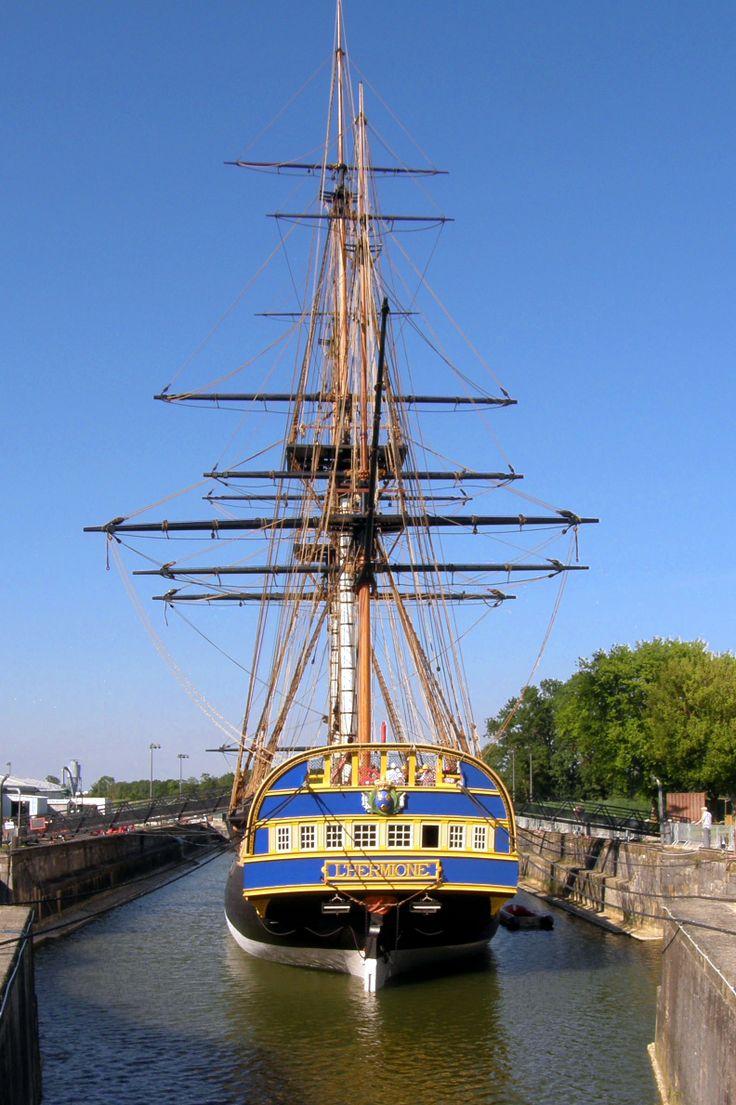 l'Hermione - (reconstruction actuelle d'un navire de guerre français de 1779 -- frégate) Navire de lafayette en 1780 -   Mise à flot à Rochefort (Charente) en Juillet 2012