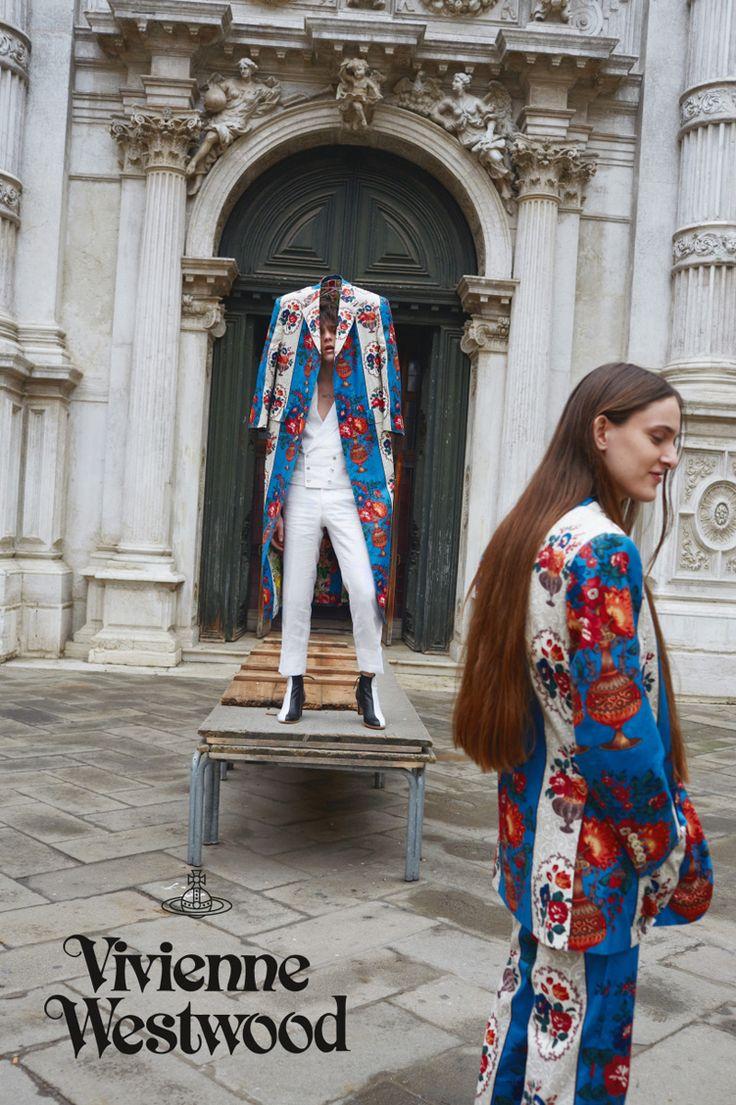 """O mundo de Vivienne Westwood é fantástico. Melhor ainda quando retratado por Juergen Teller: casamento perfeito. Para a campanha de Verão 2016 da designer britânica, Veneza foi eleita como cenário onde modelos super descolados dividem cena com o ator pornô Colby Keller, famoso por seus filmes adultos entre a turma LGBT. + Reveja o desfile de Verão 2016 de Vivienne Westwood Com o título de """"Mirror the World"""", algo como """"Espelhe o Mundo"""", a campanha tem um contraste entre canais, palácios e…"""