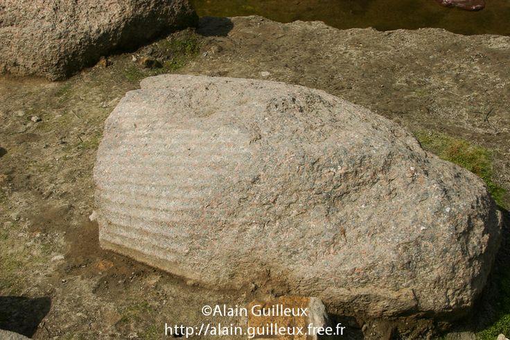 Souk al Khamis, vestiges du temple de Ramsès II : restes du pagne d'un colosse en granit provenant d'une des statues qui sont des remplois du Moyen Empire, probablement du règne de Sésostris Ier, XIIe dynastie. Source : http://alain.guilleux.free.fr/galerie-heliopolis-souk-al-khamis/heliopolis-souk-al-khamis.php