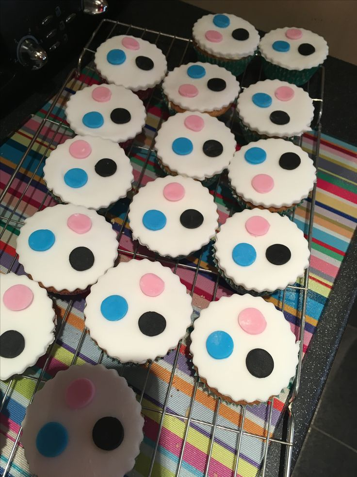 Cupcakes to match the owl cake!
