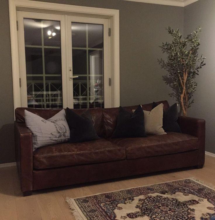 Selger 3-seter Prins William skinnsofa fra Home&Cottage. Lekker sofa i cigarfarget hud som er lite brukt - ser ut som ny. Den selges på grunn av plassmangel. Ny pris 17 995. Mål: B: 220cm, D: 101cm, H 84cm.