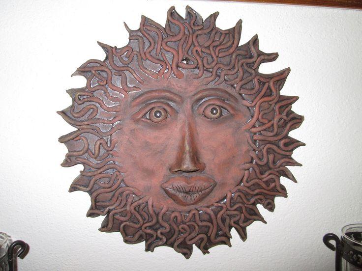 Slunce na zeď Zahřeje i v tuhých mrazech [:)] Keramická dekorace, motiv slunce, průměr 30 cm. Pouze na objednávku - dodací lhůta cca 3 týdny.