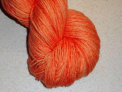 Varm frisk orange håndfarvet strømpegarn med diskret glitter.  Garn i en tynd kvalitet, en  populær garntykkelse til mange strikkeprojekter. Garnet et 3-trådet og velegnet til jumpere, tørklæder og alle beklædningsdele, der bæres tæt på huden, da det er meget blødt og er håndfarvet i en smuk orange. Jeg har håndfarvet med farveægte og ugiftig syrefarvestof fra dansk producent.  De små nøgler på 25 gram vil være fine til Fair Isle strik eller alle andre projekter der kræver mange farver i små…