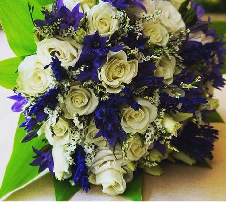 Ramo de #novia con #rosas blancas, #junquillo azul y #lavanda seca.  #Bridal bouquet with #white #roses, #blue #jonquil and dry #lavender  #sitgeswedding #wedding #floral #floweshop #flowershopsitges #flowerarrangement #sitges #bodasitges #arreglosflorales #flores #flors #bridalbouquet #casaments #bodas #bride