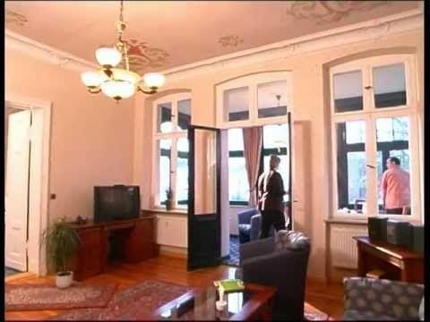 Die Villa Waldesruh mit 8 Ferienwohnungen befindet sich zwischen den Seebädern Heringsdorf und Ahlbeck in 2. Reihe zum Strand und zur Promenade. Appartements für 2-4 Personen auf 45 - 65 m² Wohnfläche bieten ideale Voraussetzungen für einen Bade- und Sommerurlaub. Die Nutzung der Wellnessoase Shehrazade im Hotel Pommerscher Hof ist für Gäste der Villa Waldesruh kostenfrei. Im Pommerschen Hof können Frühstück und/oder Abendessen zugebucht werden.