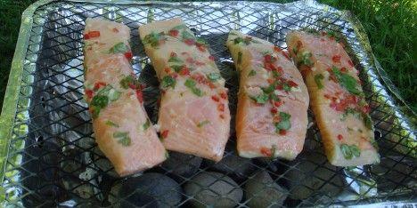 Er du i grillhumør? Prøv denne opskrift på grillet laks, som med marinaden bliver ekstra lækker. Fedtfattigt og sommerligt.
