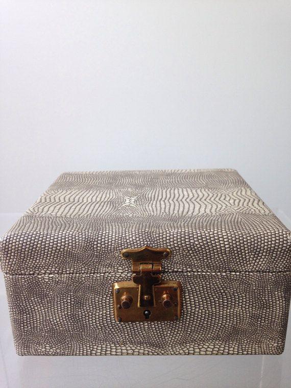 Casella di gioielli vintage con fodera in velluto nero e stampa serpente.