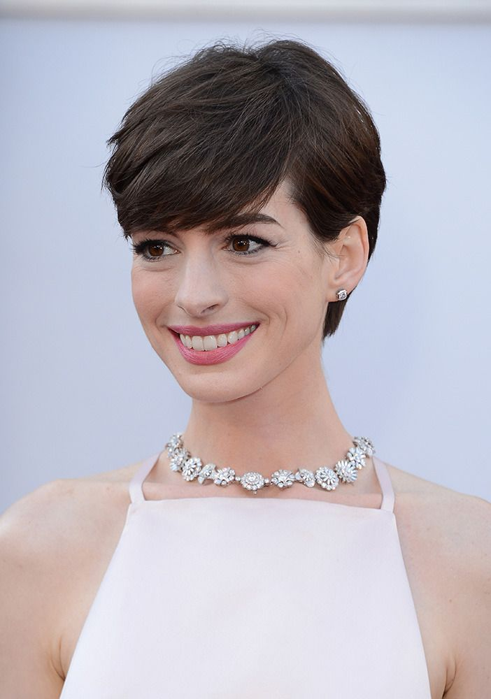 Anne Hathaway's rounded short hair cut
