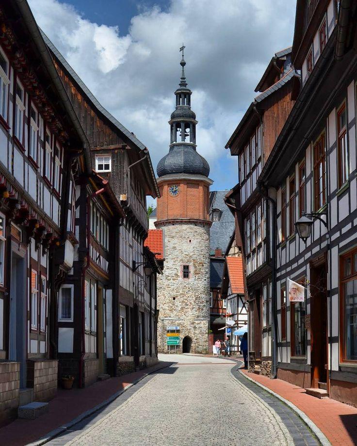 Gestern war ich in Stolberg (Harz) ein kleines mittelalterliches Städtchen. Hier gibt es fast nur Fachwerkhäuser. Der Blick geht hier durch die Niedergasse direkt auf den vor 1282 erbauten Saigerturm der einst Teil eines inneren Stadttores war um den dahi