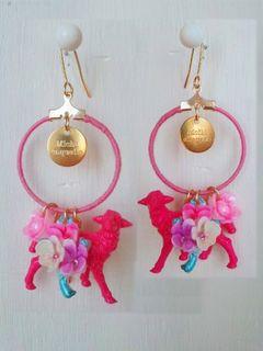 刺繍フープ・3D動物とカボションのピアス pink