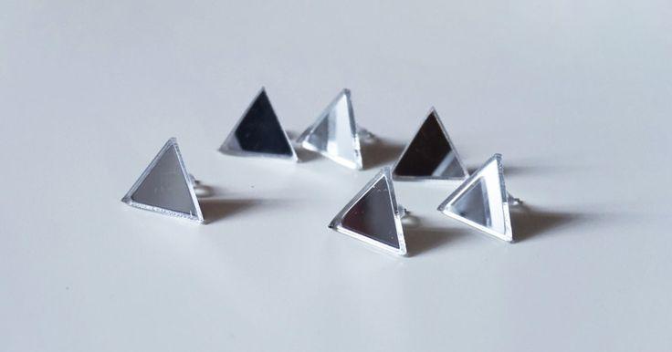 Серьги в форме треугольников, выполненные из зеркального акрила. Используется гипоаллергенная фурнитура без примеси никеля. Размер изделий в высоту - 10 мм.