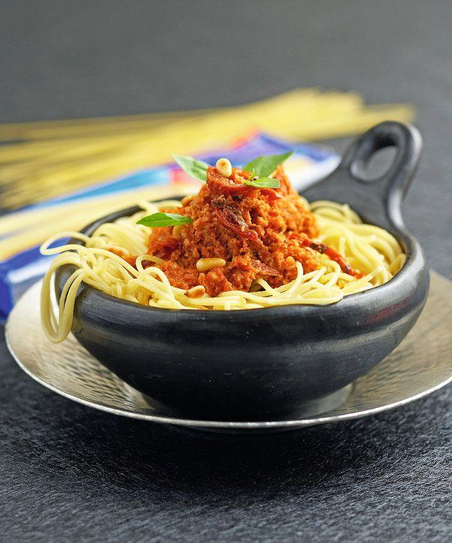 Une belle recette traditionnelle italienne : les spaghetti au pesto rouge.