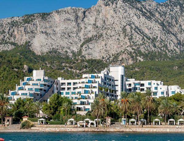 Rixos Sungate большой курортный отель с пляжем протяженностью 720 метров. Cпа-салоном и аквапарком расположен в здании площадью 250 000 кв. метров на берегу залива Анталья.