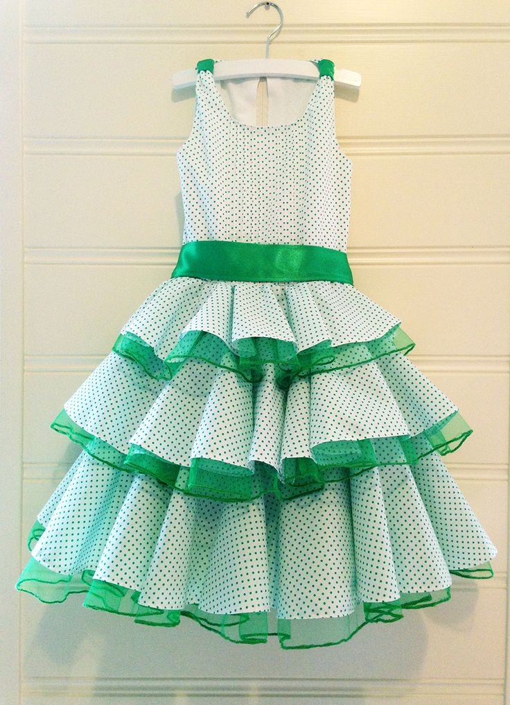 Cute dress with little green dots and flamenco accents in EU size 128. This dress is suited for girls around the age of 7.