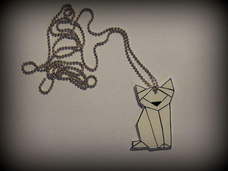Přívěsek na krk s origami kočičkou.