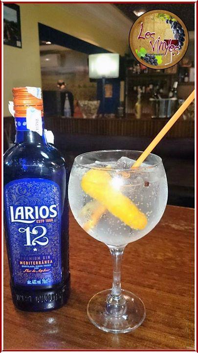 Gintonic de Larios Gin 12 años con Schweppes de azahar y lavanda enebro twist de limon y de naranja  Una refrescante forma de terminar una rica cena en Les Vinyes Restaurant ;-)