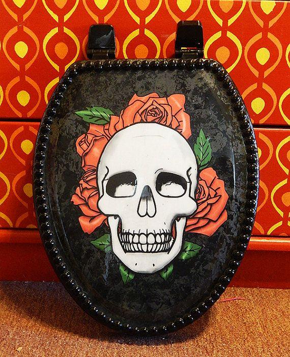 Negro asiento con acentos de gris gunmetal, decoupaged con una imagen de cráneo funky. Adornado con piedras de cristal negro. Tapa toda se acaba con una