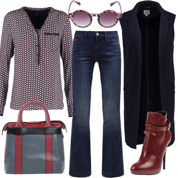 Outfit ispirato agli anni 70: jeans svasati sul fondo, camicia dalle forme geometriche e smanicato di media lunghezza. Lo stivaletto slancia ulteriormente la figura. La borsa ampia e gli occhiali tondi completano questo stile che mixa insieme il blu, il bordeaux e il grigio.