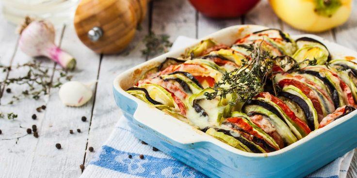 Сезон овощей в разгаре. Многие выращивают или покупают баклажаны. Но немногие умеют их вкусно приготовить. Лайфхакер составил для вас подборку классных блюд из баклажанов.